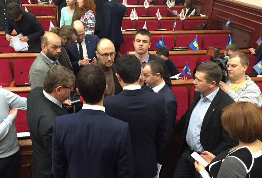 Представники фракції Самопомочі у Київській міській раді заблокували президію мерії й вимагають призначити вибори до райрад на 29 травня.
