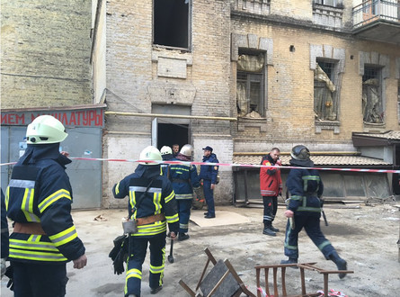 Під завалами аварійного будинку на вулиці Богдана Хмельницького може залишатися одна або дві особи.