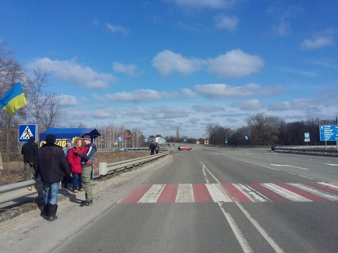 Члени Всеукраїнського об'єднання «Свобода» приєдналися до своїх житомирських товаришів і блокують російські фури на кордоні