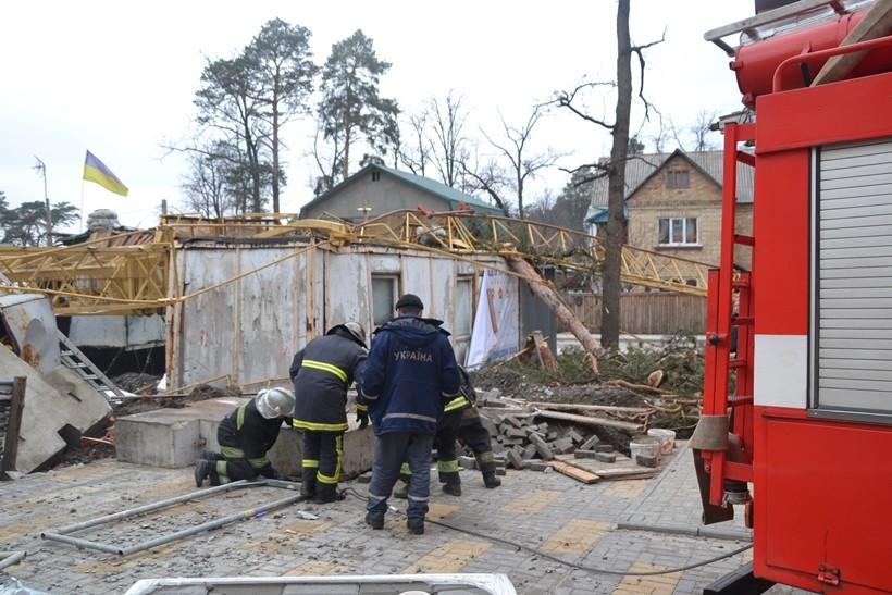 В результаті падіння баштового крана на будівельному майданчику на вулиці Мінеральною в місті Ірпінь загинула людина.