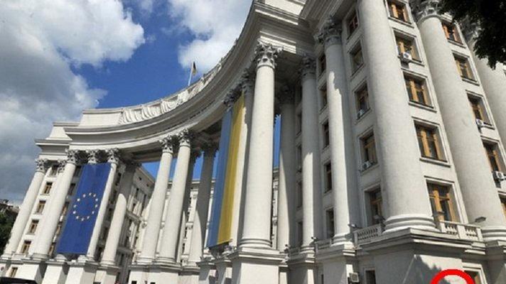 Кабінет міністрів України видав розпорядження, згідно з яким МЗС України зможе оплатити адвокатів для захисту у справі про кредит Януковича.
