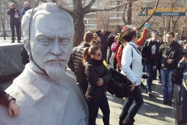 Пам'ятник Феліксу Дзержинському висотою 6 метрів сьогодні почали демонтувати в місті Запоріжжя.