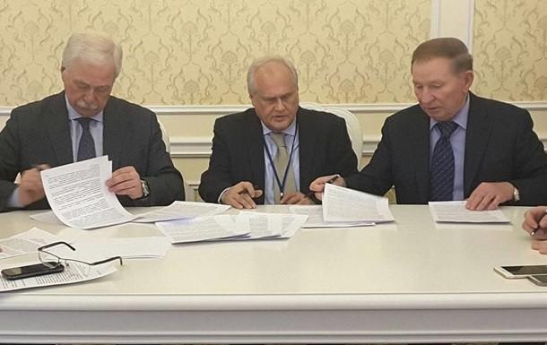 Українська сторона вже вкотре порушила питання звільнення військовополонених і цивільних осіб, незаконно утримуваних у катівнях бойовиків, і допуску до них фахівців Міжнародного комітету Червоного Хреста.