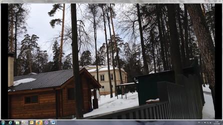 Екс-прем'єр-міністр України Микола Азаров живе у величезному будинку на московській Рубльовці, оформленому на дружину.