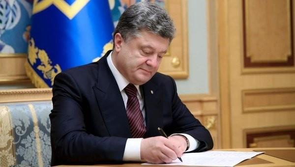 Спікер Верховної Ради Володимир Гройсман підписав скандальний закон №3755 про електронне декларування, який довгий час піддавався критиці з боку суспільства та західних партнерів.