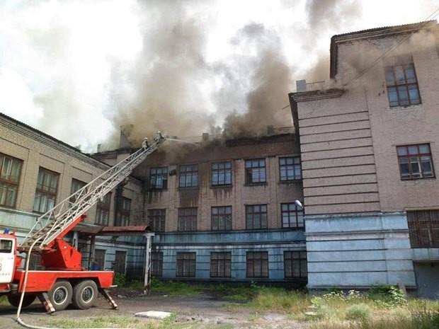 На місці події рятувальники визначили, що горіла дерев'яна обробка стін в тамбурі першого поверху загальною площею 20 кв. м.