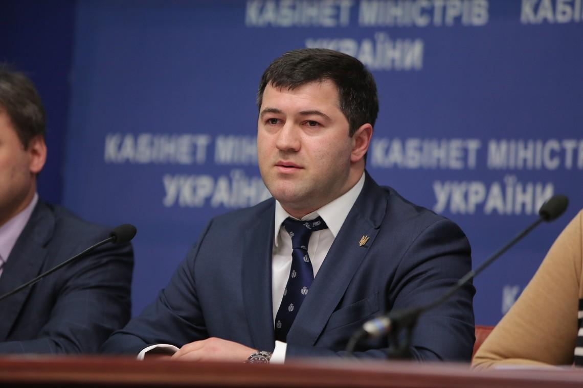 Незважаючи на найвищу корумпованість серед відомств, Насіров скаржиться на низькі зарплати його працівників.