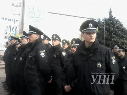 У Чернівцях сьогодні запрацює нова патрульна поліція, привітати новоспечених поліцейських приїхали Арсен Аваков та Арсеній Яценюк.