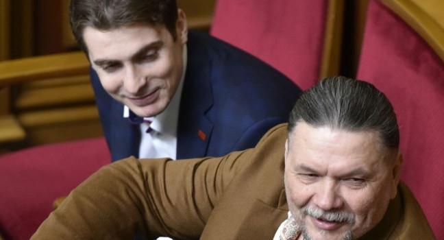Нещодавно на власному з'їзді пропрезидентської партії було ухвалено рішення про позбавлення мандатів Фірсова та Томенка.