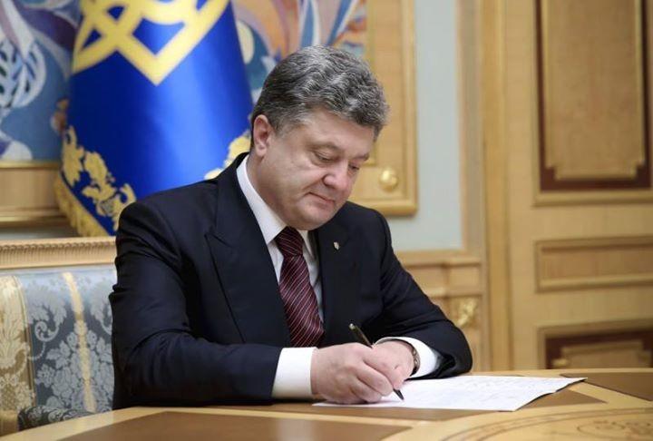 Порошенко підписав указ, що вносить зміни до порядку прийняття до громадянства осіб, що проходять службу в ЗСУ.