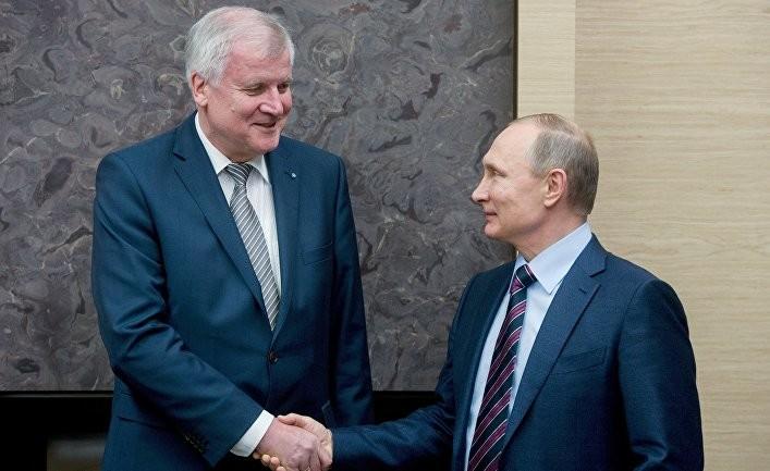 Глава уряду Баварії Хорст Зеехофер приїхав в Москву, де зустрічався з Путіним. Баварські підприємства постраждали від антиросійських санкцій і Зеєхофер дав зрозуміти, що хотів би пом'якшити їх.