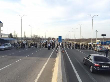 Близько 150 людей вишикувалися в ланцюг на пішохідному переході на проїжджій частині траси Одеса-Київ, їхня акція має безстроковий характер.