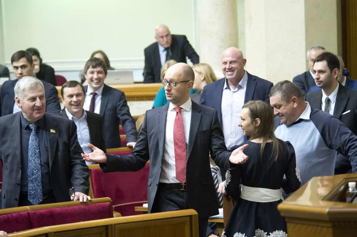 Заступник глави Народного фронту Вікторія Сюмар заявила, що фракція очікує на вступ іще трьох народних депутатів.