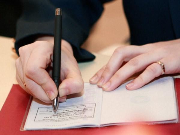 Для того, щоб змінити реєстрацію місця проживання, киянам необхідно звернутися до районної адміністрації.
