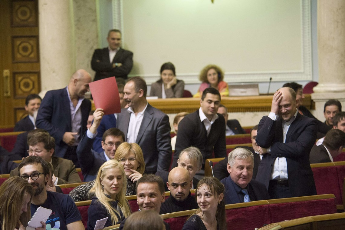 БПП і НФ перенесли свої вечірні засідання через можливий вихід із пропрезидентської фракції частини народних депутатів.