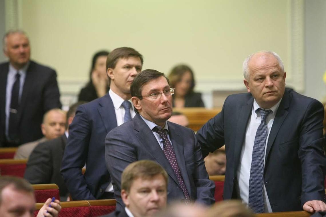 До фракції БПП офіційно увійшли чотири народних депутати. Відсьогодні коаліція офіційно налічує 226 осіб.