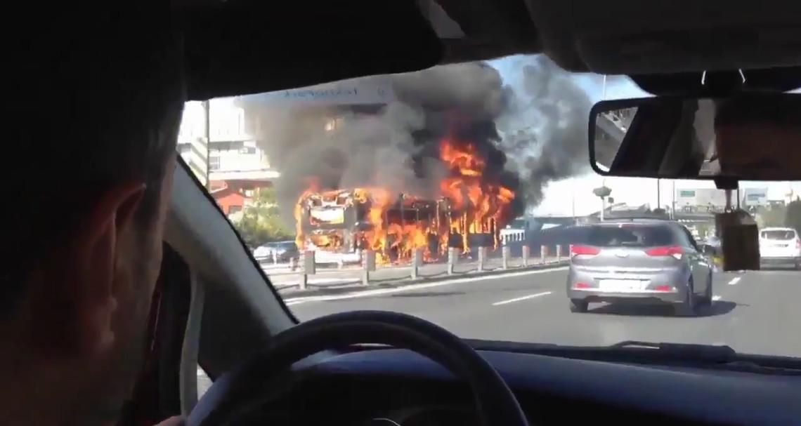 У Туреччині, в міста Стамбул загорівся автобус. Як зазнається, він був порожній, а пожежа сталася через електричну несправність.