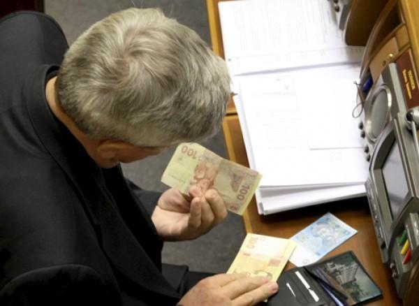 З 15 квітня депутатська зарплата збільшилася з 6 400 грн до 17 650 грн. Це було останнє розпорядження Володимира Гройсмана на посаді спікера Верховної Ради.