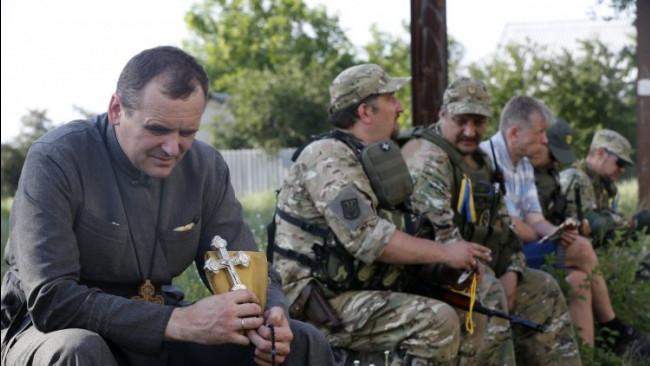 Президент України Петро Порошенко доручив Міноборони прискорити розробку положення про військових капеланів.