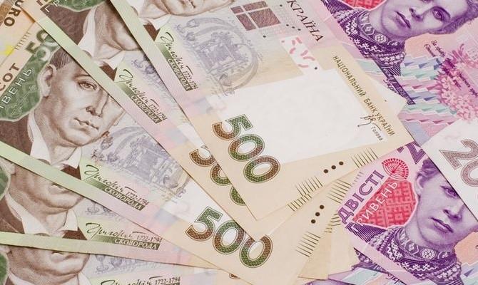 Порівняно з лютим розмір заробітної плати збільшився на 7,3 відсотка або на 335 грн, перевищивши мінімальну заробітну плату в 3,6 рази.