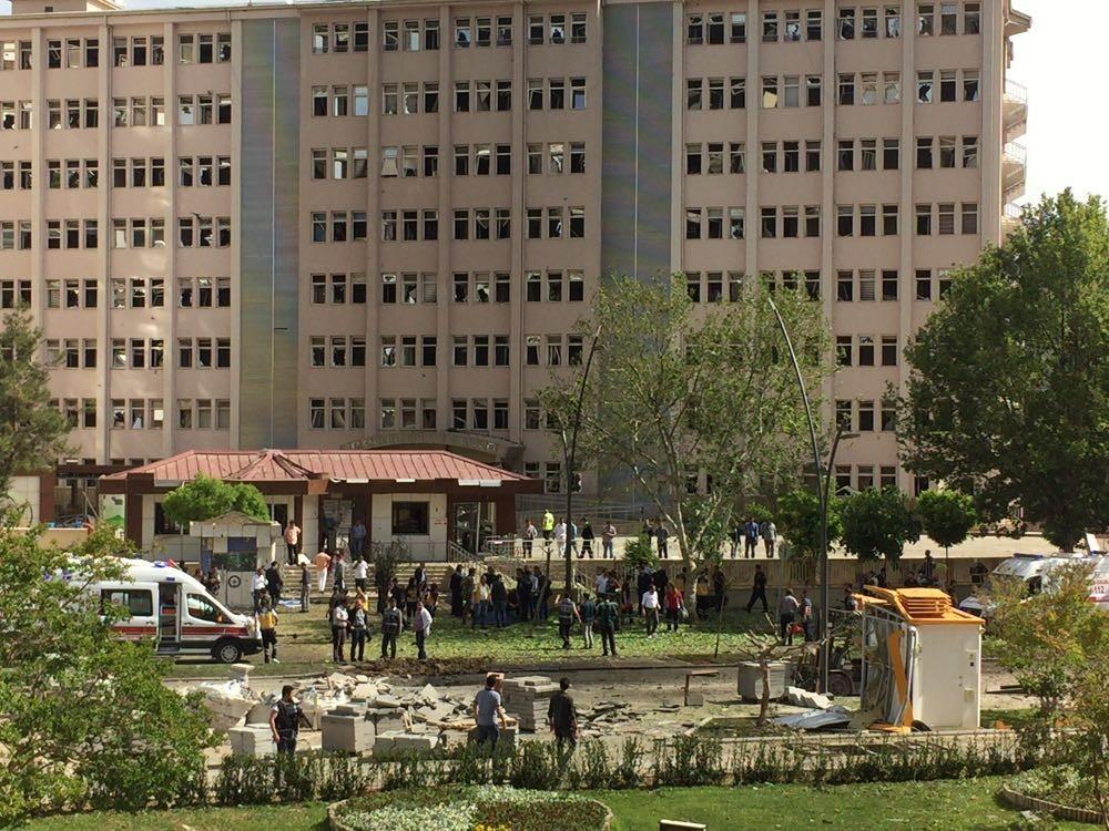 У турецькому місті Ґазіантеп смертник підірвав себе. У результаті вибуху 13 осіб отримали поранення, 9 з яких є поліцейськими.