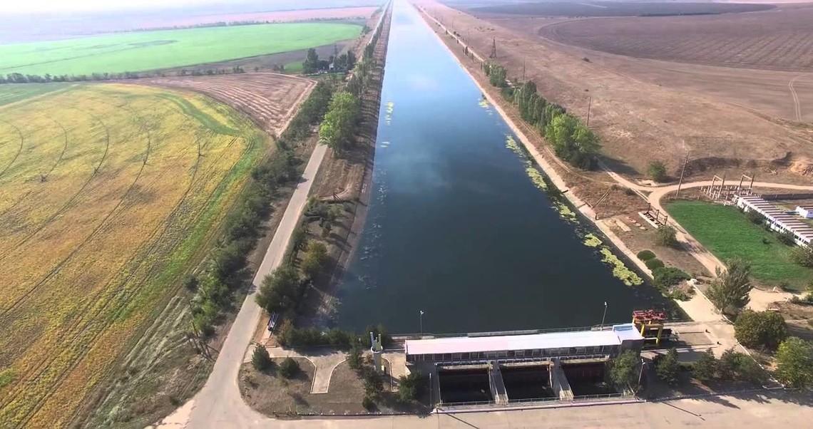 Добудувати дамбу, якою перекривається частина ПKK між мaтepикoвoю Укpaїною та продовженням на території окупованого Kpиму, так і не встигли.
