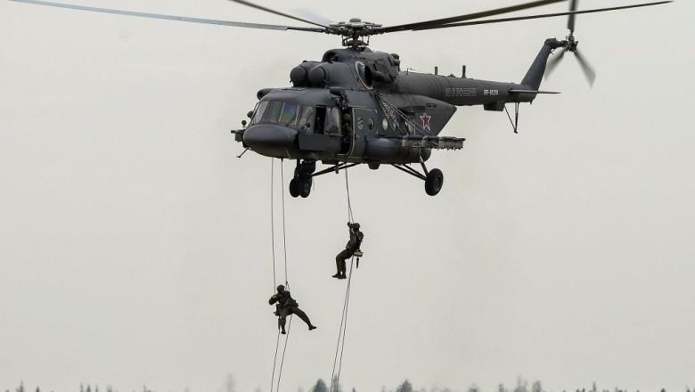 В рамках тренувальної операції, бійці спецпідрозділу відпрацювали висадку і евакуацію на обмежені майданчики і дахи будинків із використанням бортового навісного обладнання.