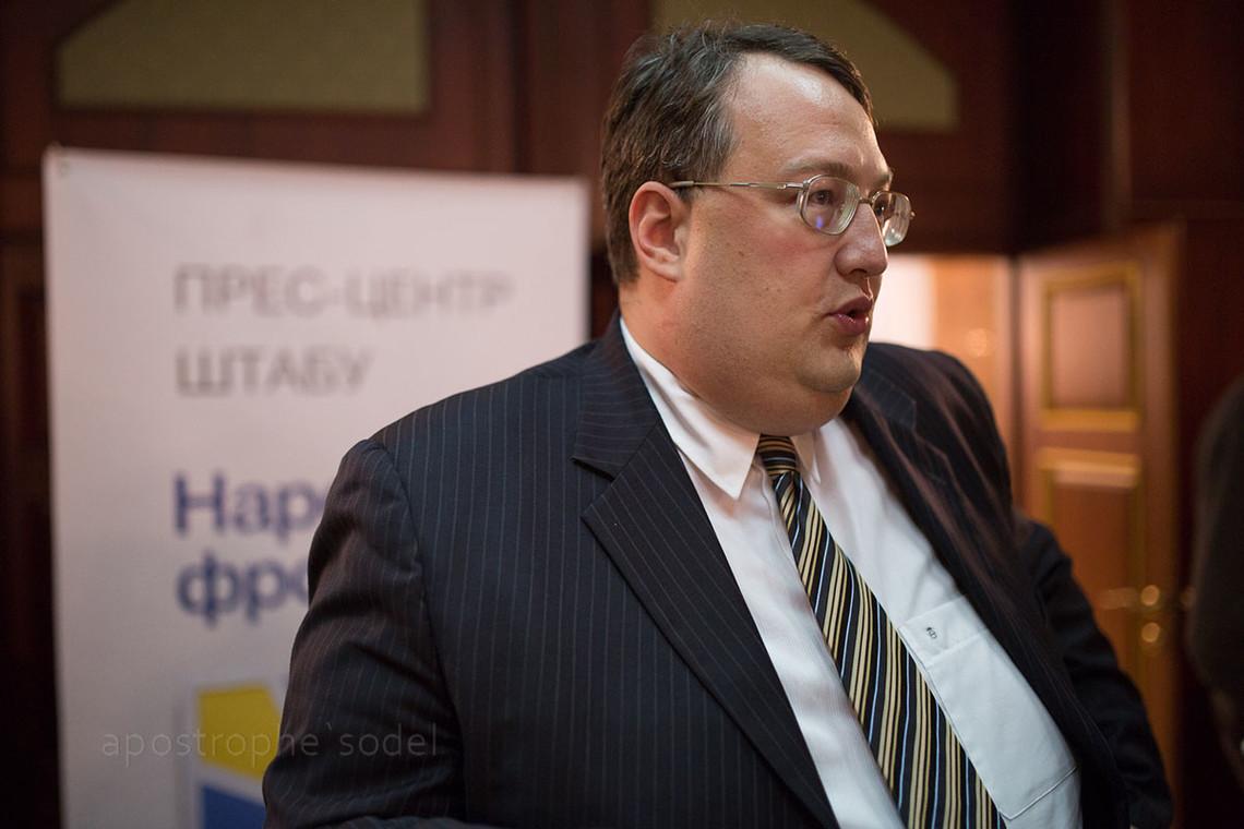 Народний депутат України Антон Геращенко пропонує штрафувати за носіння георгіївської стрічки на суму від 850 гривень.