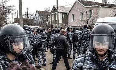 Озброєні представники російських силових відомств продовжують проводити обшуки в місцях проживання кримських татар.