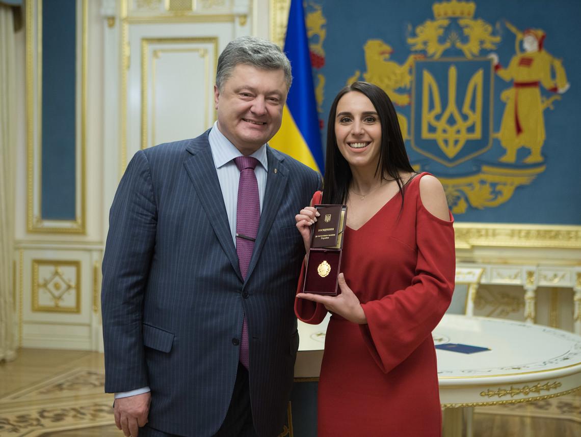 Президент України Петро Порошенко нагородив співачку Джамалу званням Народного артиста України за перемогу на Євробаченні.