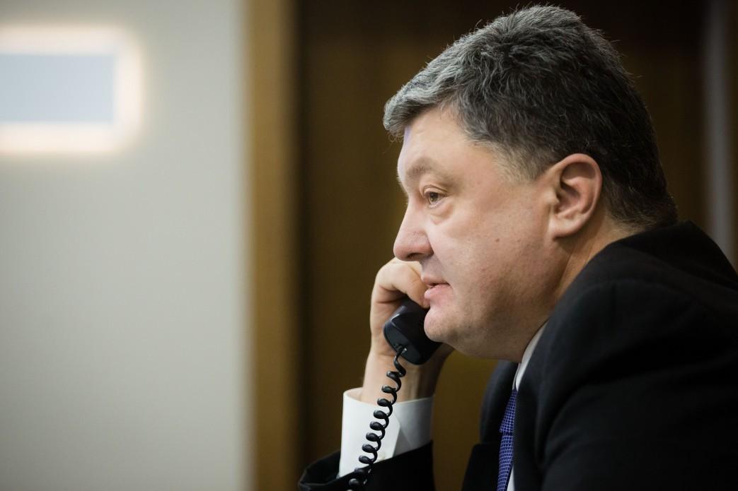 Президент України Петро Порошенко звернувся до президента Франції Франсуа Олланда з проханням посприяти українським футбольним уболівальникам.