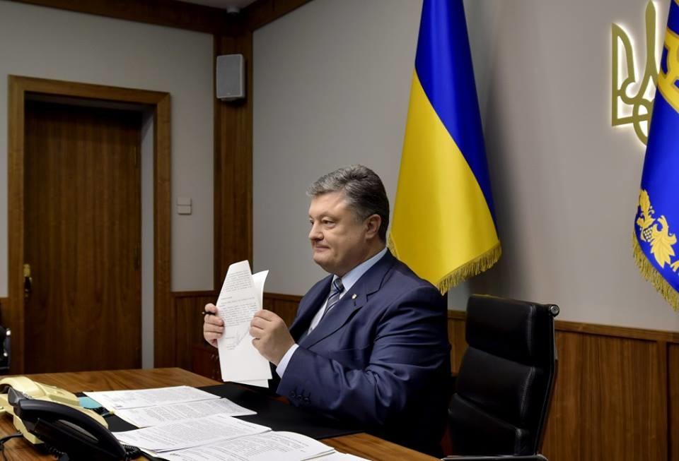 Український Президент Петро Порошенко підписав закон про виділення коштів на відновлення Донбасу.