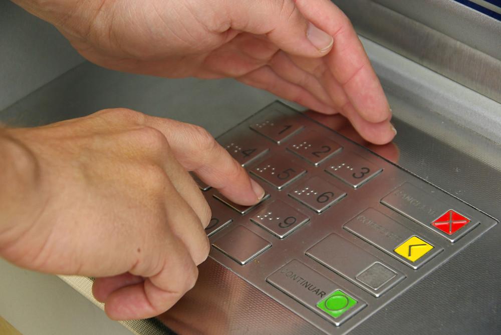 Власникам платіжних карток телефонують не самі шахраї, а запрограмовані ними роботи, які від імені банку просять надати інформацію про платіжну картку.