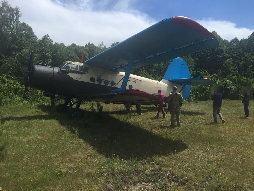 Служба безпеки України знайшла на Волині літак, на якому контрабандисти переправляли до Європи бурштин, зброю та сигарети.