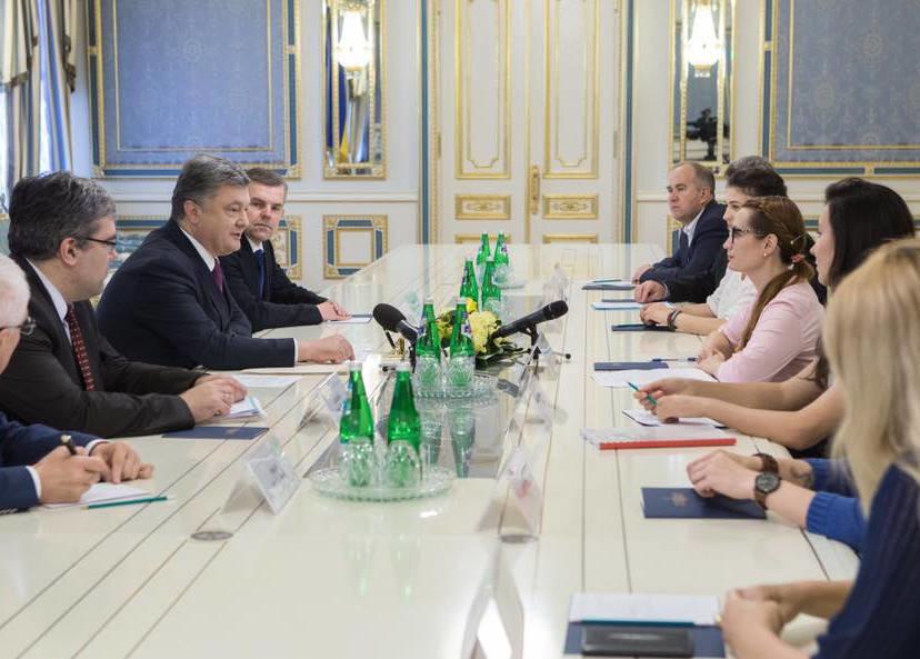 Президент України Петро Порошенко підписав закон, який передбачає спрощення державної реєстрації лікарських засобів.