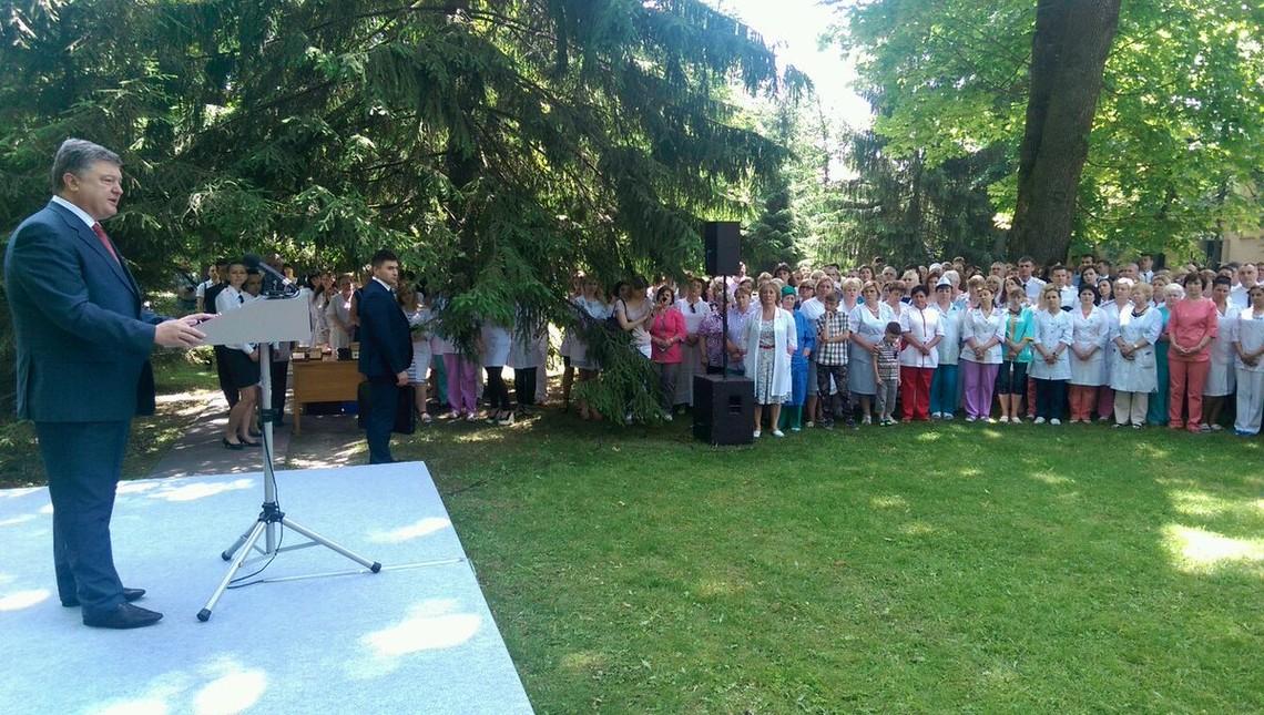 Президент України Петро Порошенко сьогодні заявив, що в АТО взяли участь 2,5 тисячі медпрацівників.