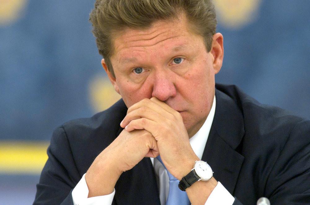 Згідно з контакту між ПАТ Газпром і НАК Нафтогаз України від 2009 року ціна природного газу для України розраховується за заданою формулою з прив'язкою до ціни сирої нафти, газойлю і інших нафтопродуктів з часовим лагом в дев'ять місяців.