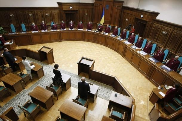Конституційний суд України має винести вердикт щодо законності підвищення тарифів на житлово-комунальні послуги Нацкомісією з регулювання у сфері енергетики та комунальних послуг.