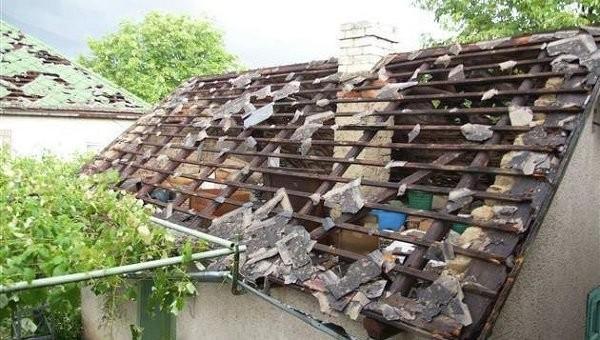 Град та сильна злива, що вчора пройшли в Західній Україні, пошкодили покрівлю майже 6,4 тисяч будинків у Закарпатській і Львівській областях.