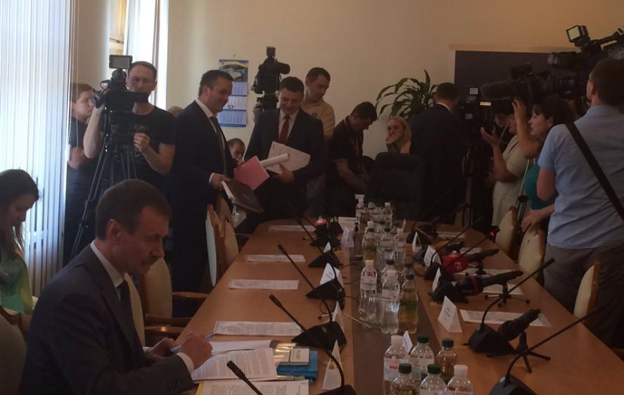 Регламентний комітет Верховної Ради розглядає подання на зняття депутатської недоторканності з Олександра Онищенка та його арешту.