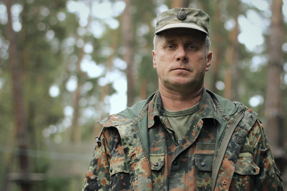 Кілька народних депутатів блокують Печерський районний суд Києва, аби дати перевезти до СІЗО заарештованого екс-командира батальйону Айдар.