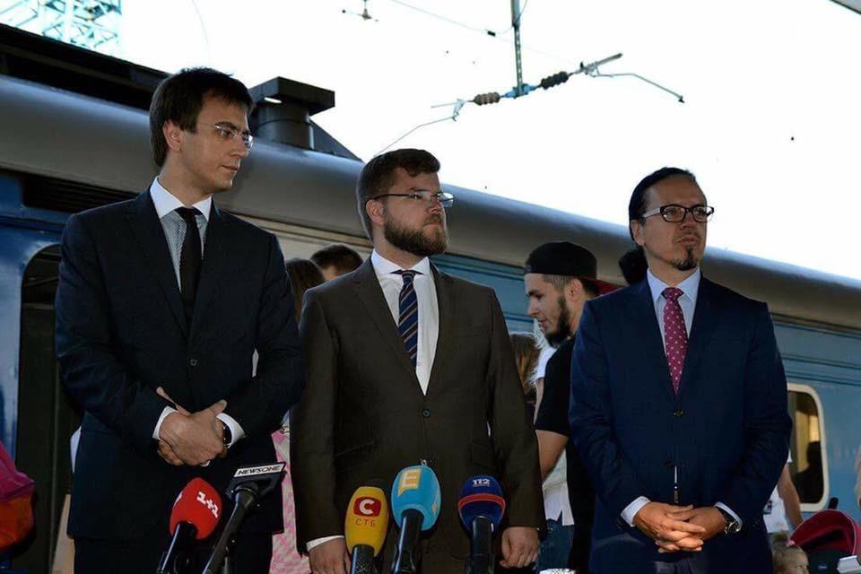 Голова Мінінфраструктури Володимир Омелян разом з очільником УЗ Войцехом Бальчуном запустив потяг до Херсона.