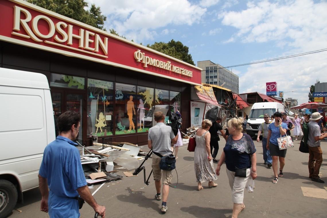 Київські комунальники знесли фірмовий магазин Roshen без будь-яких пояснень, скаржаться в кондитерській корпорації.