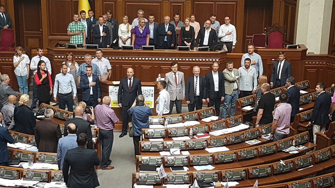 Нардепи від фракцій Батьківщини та РПЛ випередили сили коаліції, заблокувавши трибуну і президію Верховної Ради.