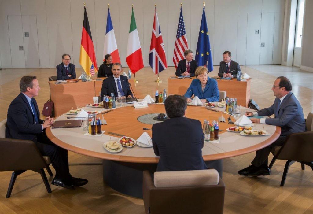 На брифінгу у Варшаві, в суботу Президент України Петро Порошенко заявив, що на даному етапі потрібні механізми, які допоможуть змусити РФ виконувати Мінські угоди.