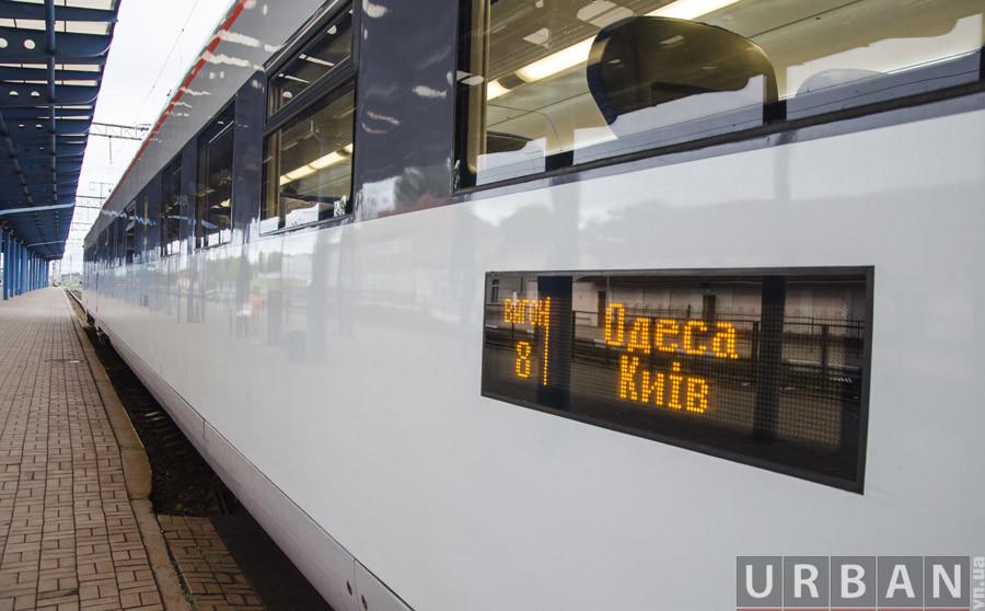 В Укрзалізниці дали офіційне пояснення зупинки швидкісного потяга Одеса-Київ сьогодні вдень.