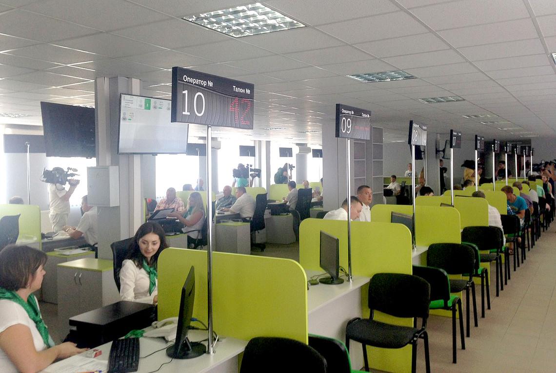 На зміну МРЕВ приходять сервісні центри. В Києві відкрили перший. Тут видаватимуть водійські права та реєструватимуть авто.