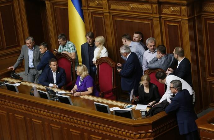 Два народних депутати від фракції Батьківщини провалили одну зі своїх обіцянок щодо блокади трибуни Ради.