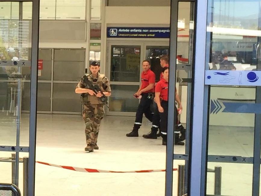 Аеропорт Ніцци заблокований військовими. Причини евакуації поки не називають, повідомляють очевидці.