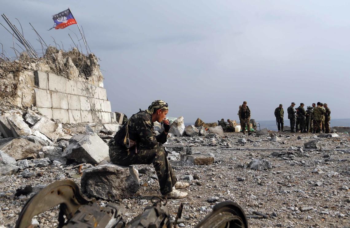 Також в районі Станиці Луганської внаслідок вибуху боєприпасів під час господарських робіт, отримали поранення двоє цивільних робітників і один військовослужбовець.